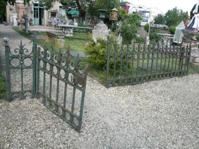 PORTILLON PROLONGE DE SES GRILLES - Antiquités de jardin